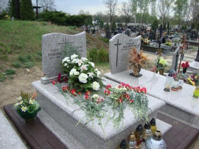 Złożenie wiązanek kwiatów na grobie Raisy Bodrowej